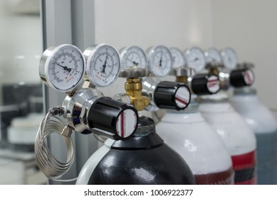 Pressure gauge and gas cylinder