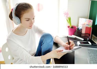Jugendliche, die ihre Hausaufgaben mit Laptop zu Hause machen. Kind, das Gadgets zum Lernen benutzt. Online-Bildung und Fernunterricht für Kinder. Unterricht während der Quarantäne. Bleib zu Hause!