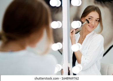 pretty girl do make up