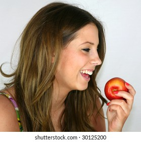 A pretty girl eats an apple for her lunch