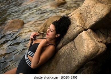 bonito modelo bañado en el mar mediterráneo