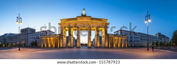 Schöne Nachtbeleuchtung des Brandenburger Tors (1788), inspiriert von der griechischen Architektur, die als Symbol des Friedens und Nationalismus errichtet wurde und heute ein Symbol der Wiedervereinigung ist.