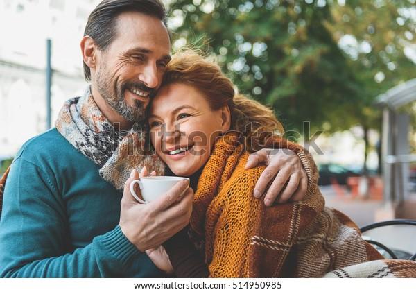 Liebhaberliebhaber, die mit Freude umarmt