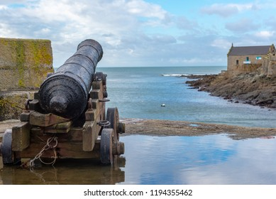 The pretty village of Porthleven is protected by a pair of ancient cannon on the harbour wall. The cannon come from the frigate HMS Anson, which wrecked on nearby Loe Bar in 1807.