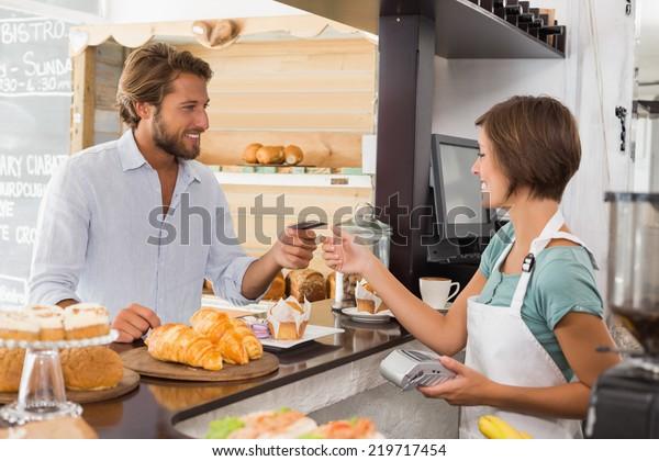Schöne Kellnerin im Coffeeshop