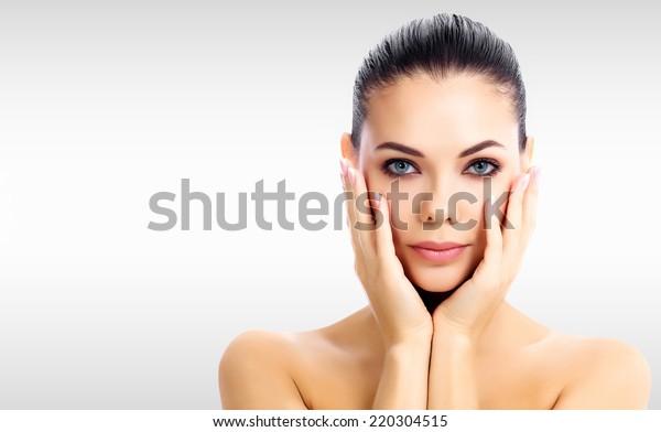 Hübsche Frau auf grauem Hintergrund mit Kopienraum