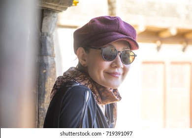 Pretty woman with red hat and sunglasses.