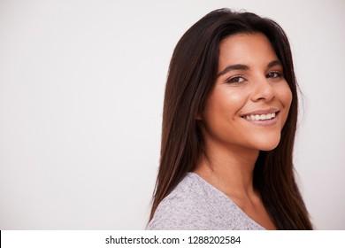 Mujer bonita sonriendo en estudio blanco