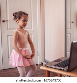 Hübsche junge Ballerina, die klassische Choreografie während der Online-Klasse in Ballettschule praktiziert, soziale Distanz während der Quarantäne, Selbstisolierung, Online-Bildungskonzept