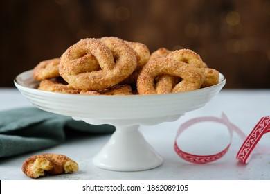 Biscuits à la menthe avec du sucre sur fond Noël. Cookies de sucre.