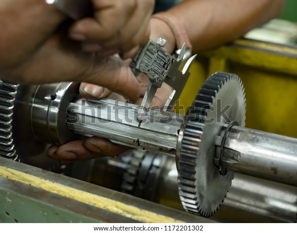 Präventive Maschinenwartung und Nachrüstung im Maschinenbau.