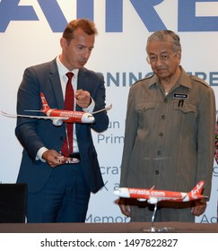 Prime Minister of Malaysia, Mahathir Mohamad (R) receives a model plane from Airbus CEO Guillaume Faury (L) during the Airbus & AirAsia signing ceremony in Kuala Lumpur on August 30, 2019.