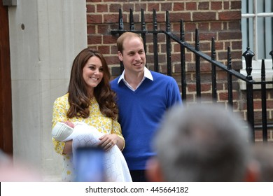 Prince William Kate Middleton princess Charlotte Circa 2015 Lindo Wing St.Mary's hospital London British royal family Prince William and Kate Middleton presenting newborn daughter Charlotte to  press