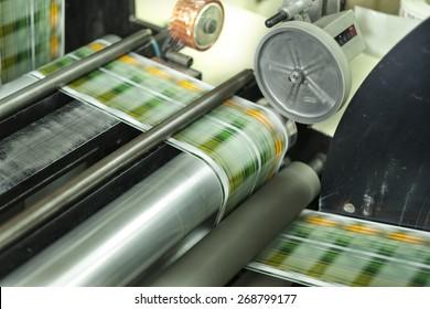 Druck mit hoher Geschwindigkeit auf Offsetmaschine. Etikett, Aufrolleinrichtung, Druck, Objektgruppe, Handelsartikel