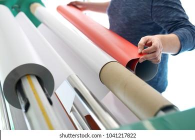 Druck auf selbstklebende Folie Der Drucker unterstützt einen Druckplotter.