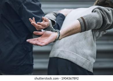 der Gefangene ist in Handschellen. Verhaftet! Präventivmaßnahmen in Form von Haft. Der Konvoi