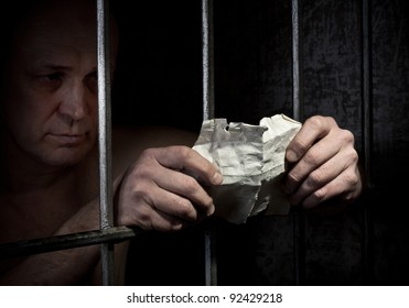 The prisoner reads a note from outside