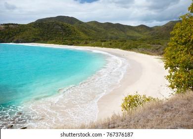 Der unberührte und schwer zu erreichende Strand in der Rendezvous Bay in Antigua.