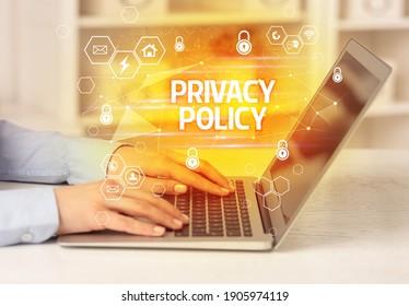 PRIVACY-POLITIK-Inschrift auf Laptop, Internet-Sicherheits- und Datenschutz-Konzept, Blockchain und Cybersicherheit
