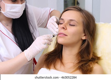Procedure filler injection in beauty clinic.