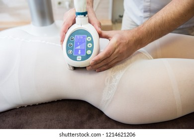 Procedure laser lipolysis of the abdominal region in a beauty center.