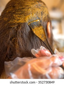 A process of dyeing hair with henna ecological product.