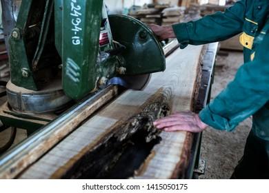 Process of machining logs in sawmill machine