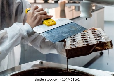Process of making chocolate chocolates with dispensing machine and extraction pallet