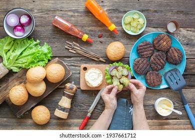 process of making a juicy burger