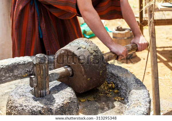 Proceso de elaboración de aceite de oliva en tiempos antiguos