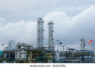 Process plant operators in the oil and gas industry control, monitor and maintain the plant machinery and equipment to produce, refine and pump chemicals, oil, gas and petroleum.
