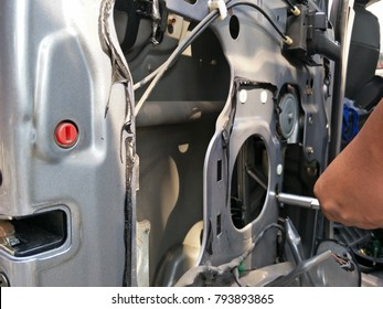 The process of repairing the car electric window, which show the detail of mechanic, motor, cable and other equipment inside.