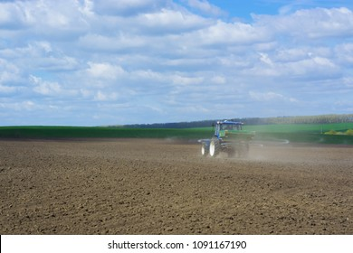 The process of spreading a mineral granulated fertilizer with an aggregate attached to a tractor