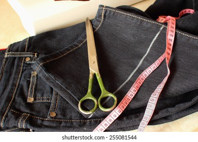 Processing bottom jeans with the aim of shortening the trouser