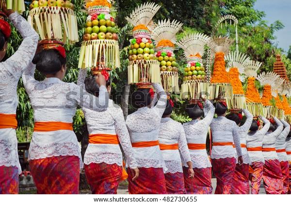 Procession Beautiful Balinese Women Traditional Costumes