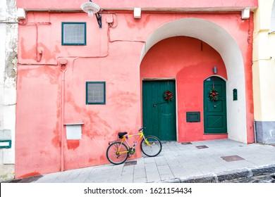 Procida (Italien) - Farbige Wände und Fahrräder in Procida, eine kleine Insel in Kampanien, Süditalien