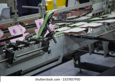 Production of box packaging printing machine from printing to finishing.