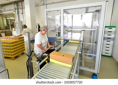 Production of pralines in a factory for the food industry