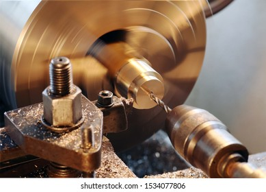 Production of a workpiece on the lathe