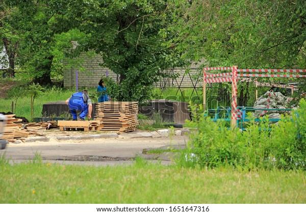 profession-carpenter-carpentry-boards-op