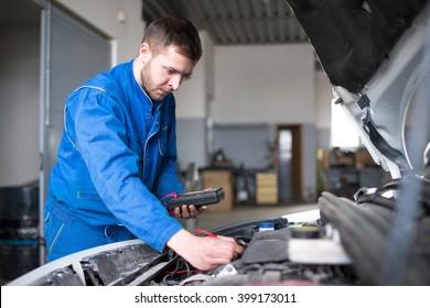 Professioneller Automechaniker, Auto-Reparaturkonzept.