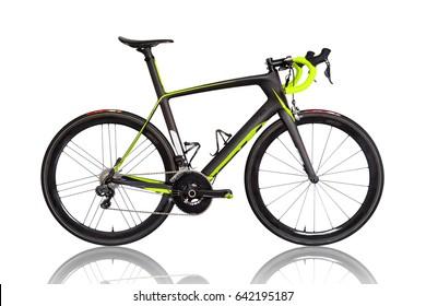 Bicicleta profesional de carrera de carbono aislada en fondo blanco. Detalles del color de los colores.