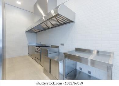 Professionelle Kochgeräte. Ein Stück Kochfeld für die Arbeit. Abzugshaube