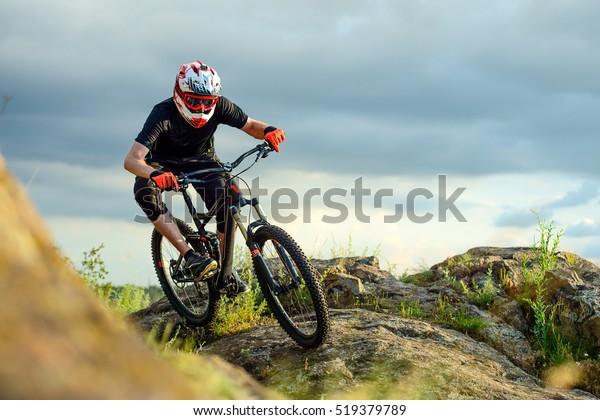 Professioneller Radfahrer auf dem Felsweg. Extreme Sport Konzept.