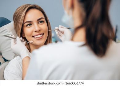 Professioneller Arzt Zahnarzt untersuchen und behandeln verwöhnte Zähne mit speziellen Zahninstrumenten, medizinischen Geräten.