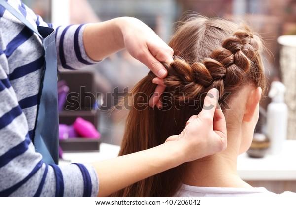 Cabeleireiro profissional trança clientes cabelo