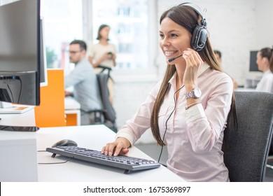 Professionelle Mitarbeiterin des Notrufzentrums mit Headset für den Kundendienst