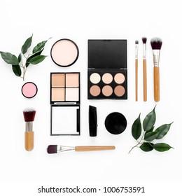 プロの化粧道具。メイクアップツールブラシフラットコンポジション。雑誌、ソーシャルメディア。平面図。平らなレイ。