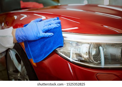 Professional polishing at the service of a red car.