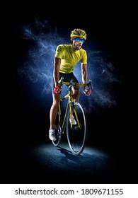 Professionelles Fahrradrennen in Aktion einzeln auf schwarzem Hintergrund